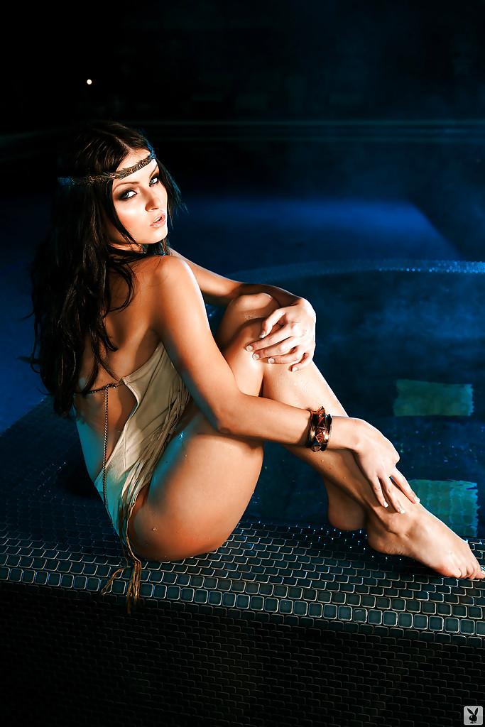 Эротические фото соблазнительной голой брюнетки
