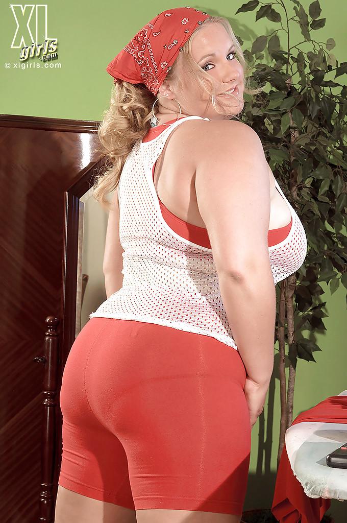 Откровенная фото сессия жирной белобрысой женщины