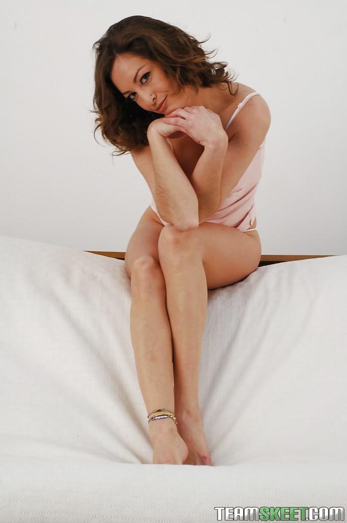 Veronica Hoyos уверенно снимает с себя абсолютно всю одежду