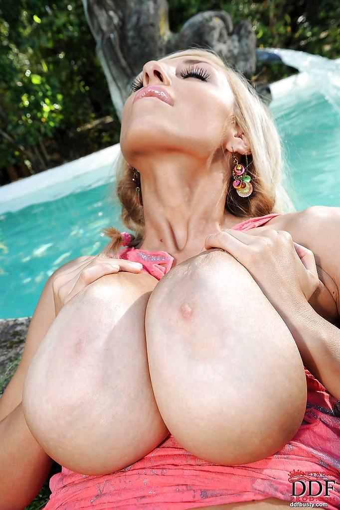 Шикарная блондинка показала здоровенные дойки и бритую киску