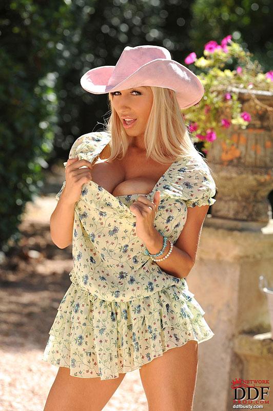 Божественная блондинка Sexy Venera опять показала огромные дойки