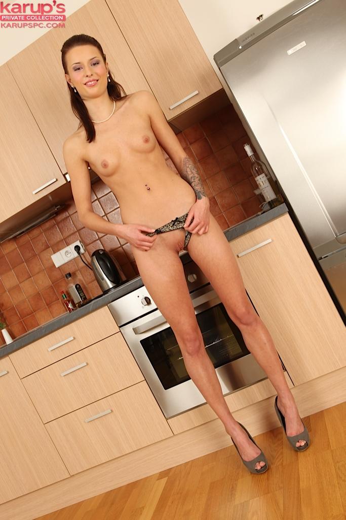 Vena Henna мастурбирует дырочку на кухне