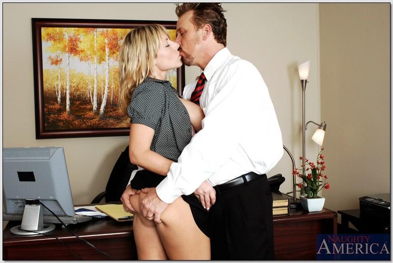 Белокурая помощница ублажает начальника в кабинете
