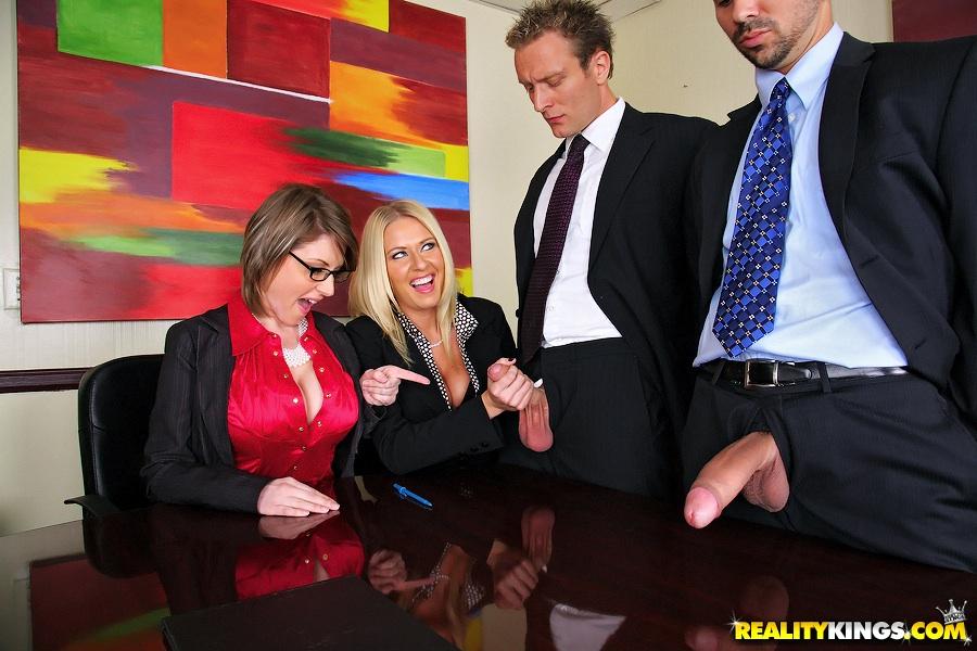 Деловых женщин хорошенько отперли в офисе после работы