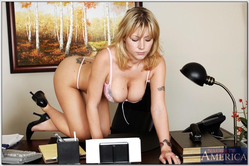 Секретарша с шикарной грудью обнажается на рабочем месте