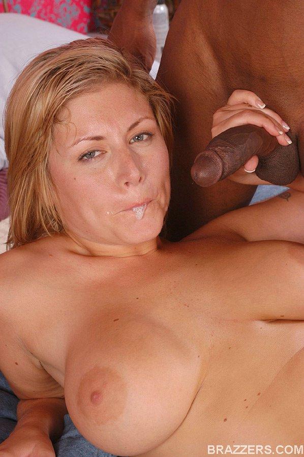 Аппетитной немолодой блондинке понравился секс с негритосом