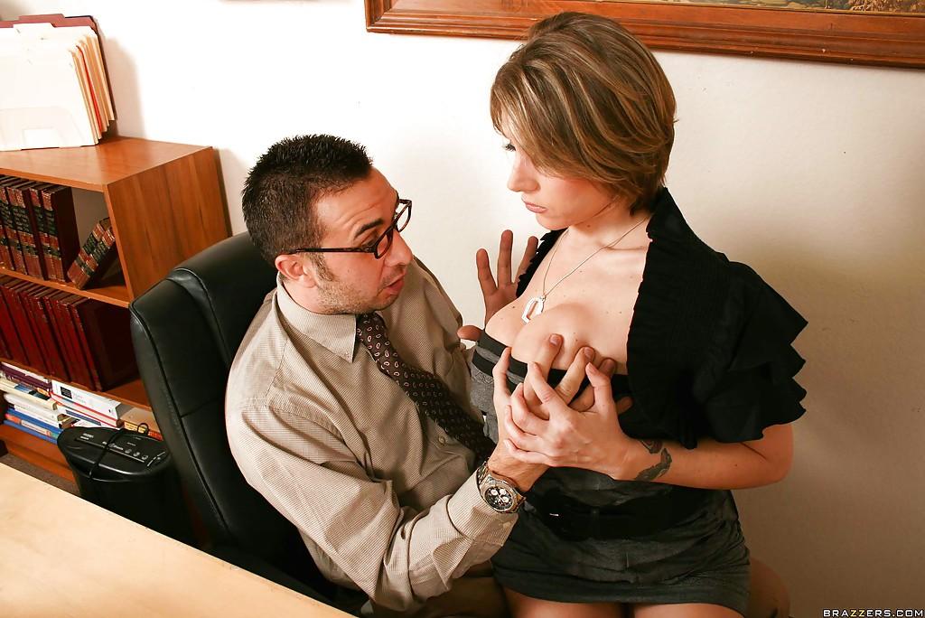 Секретарша решила соблазнить начальника и показала ему грудь
