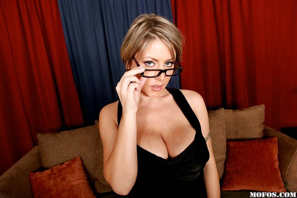Серьезная женщина вываливает напоказ большую грудь