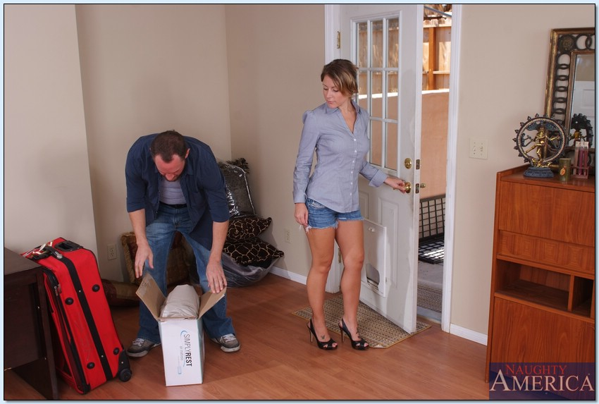 Мужик пришел домой с работы и натянул на член любимую жену