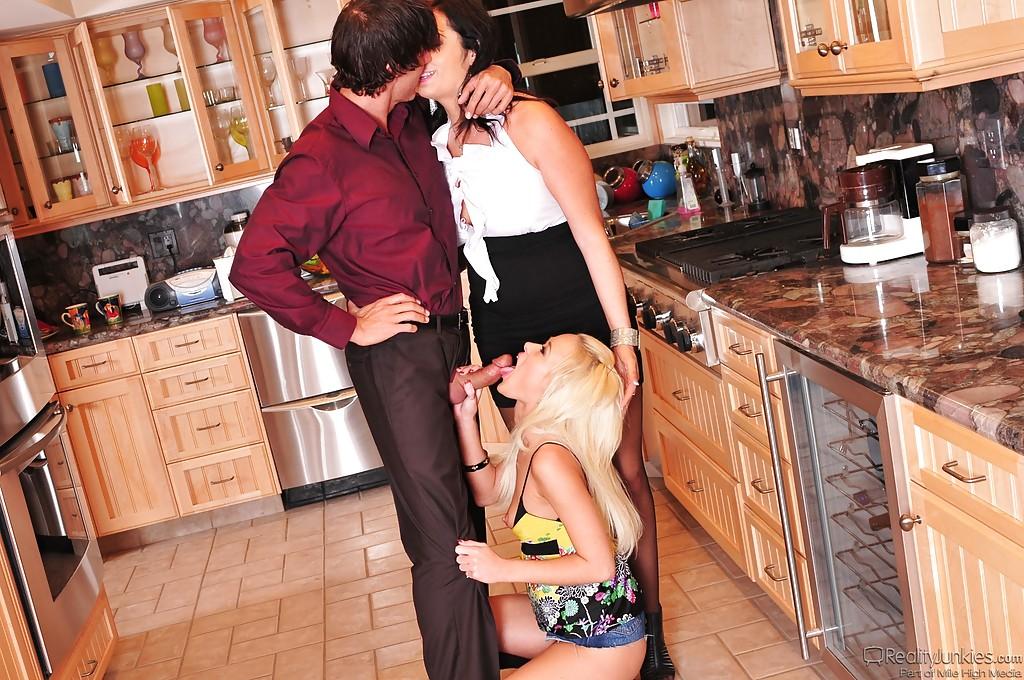 Парень сношается с молоденькими потаскушками и доводит их до оргазма