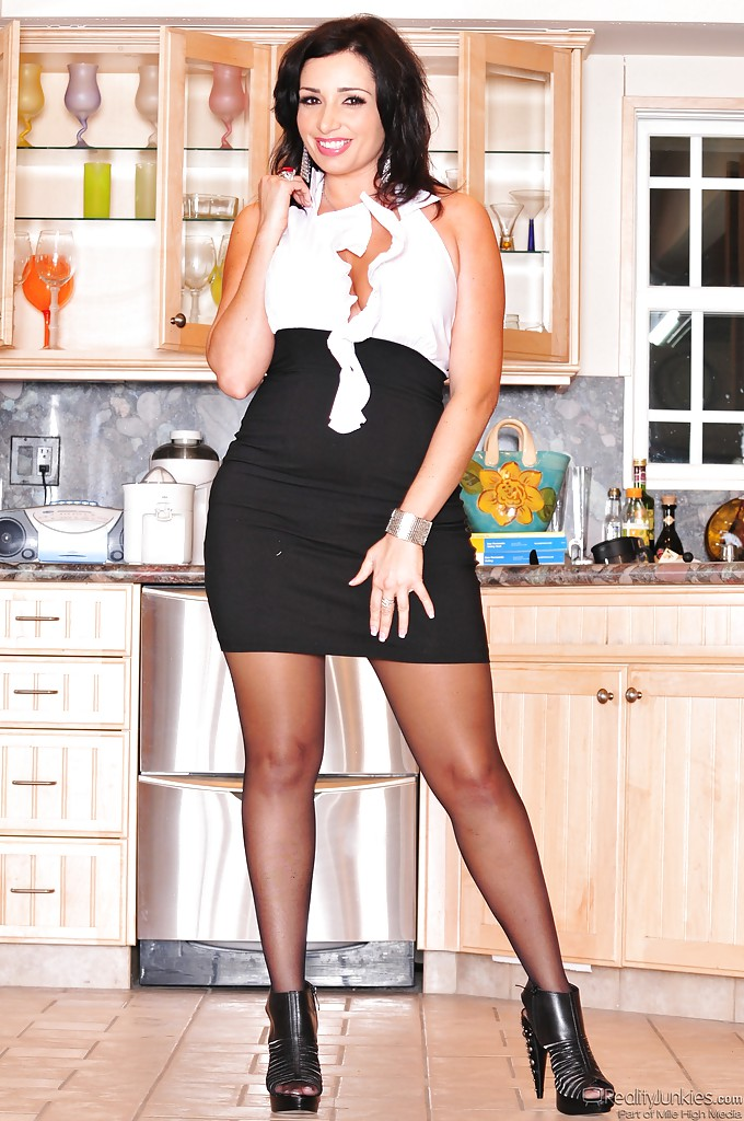 Деловая женщина с шикарной задницей и большими сисечками