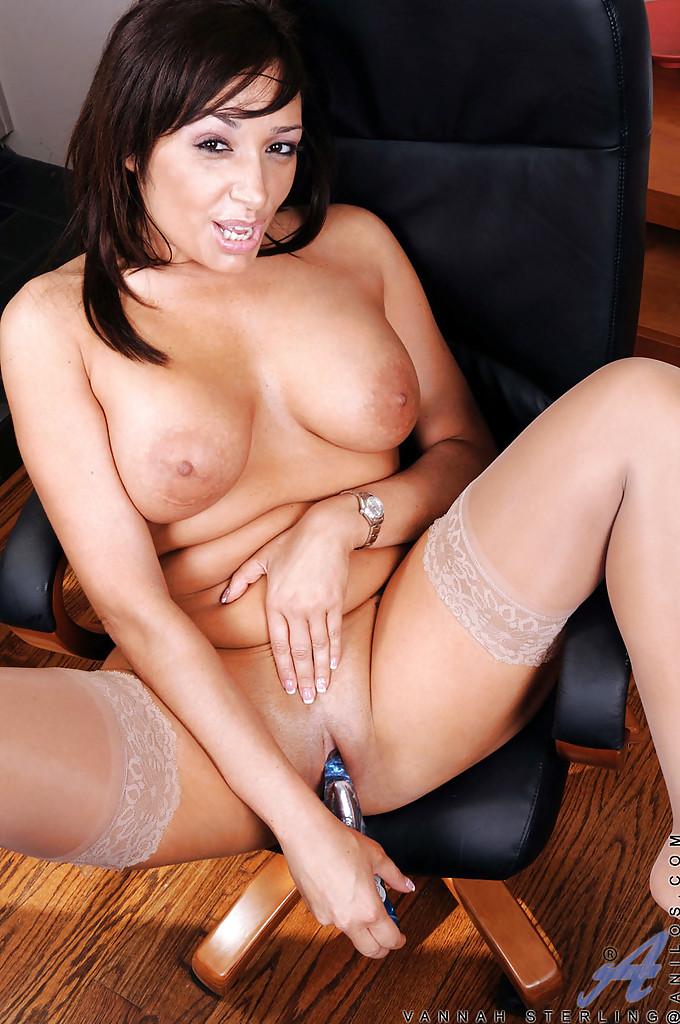 Красотке нравится мастурбировать киску после рабочего дня