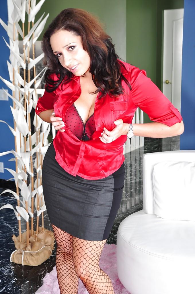 Женщина с большой жопой в сексуальных сетчатых колготках