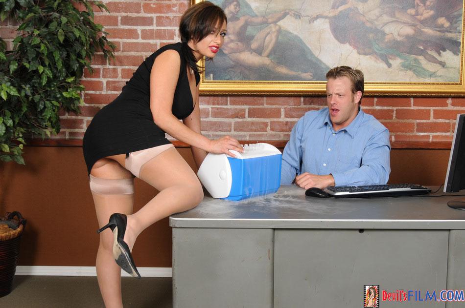 Начальник и секретарша возбудились и занялись половым актом