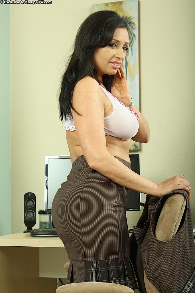 Секретарша с большой грудью и большой жопой разделась на работе