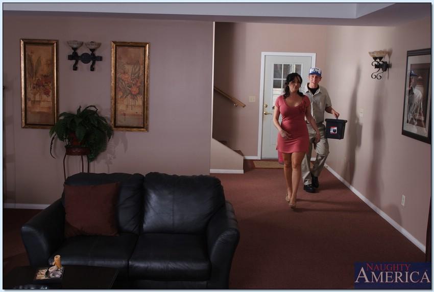 Красивая домохозяйка набросилась на молодого пацана