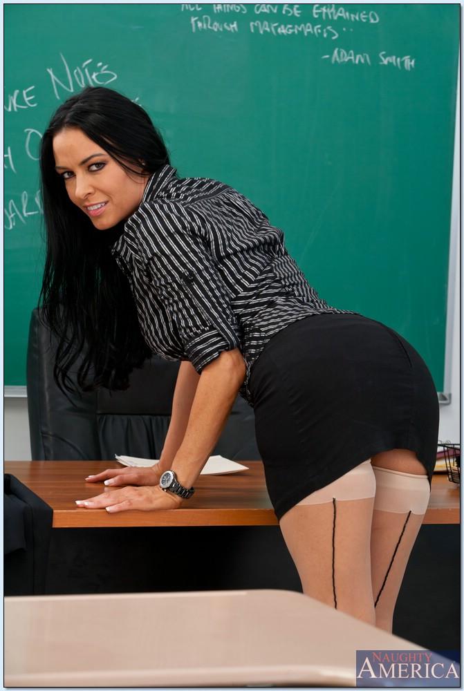 Откровенная учительница снимает с себя одежды прямо в классе