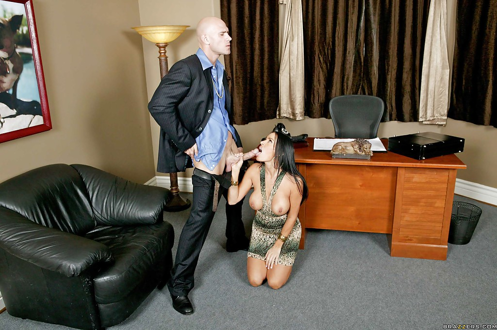 Лысый босс и сногсшибательная секретарша потрахались в офисе