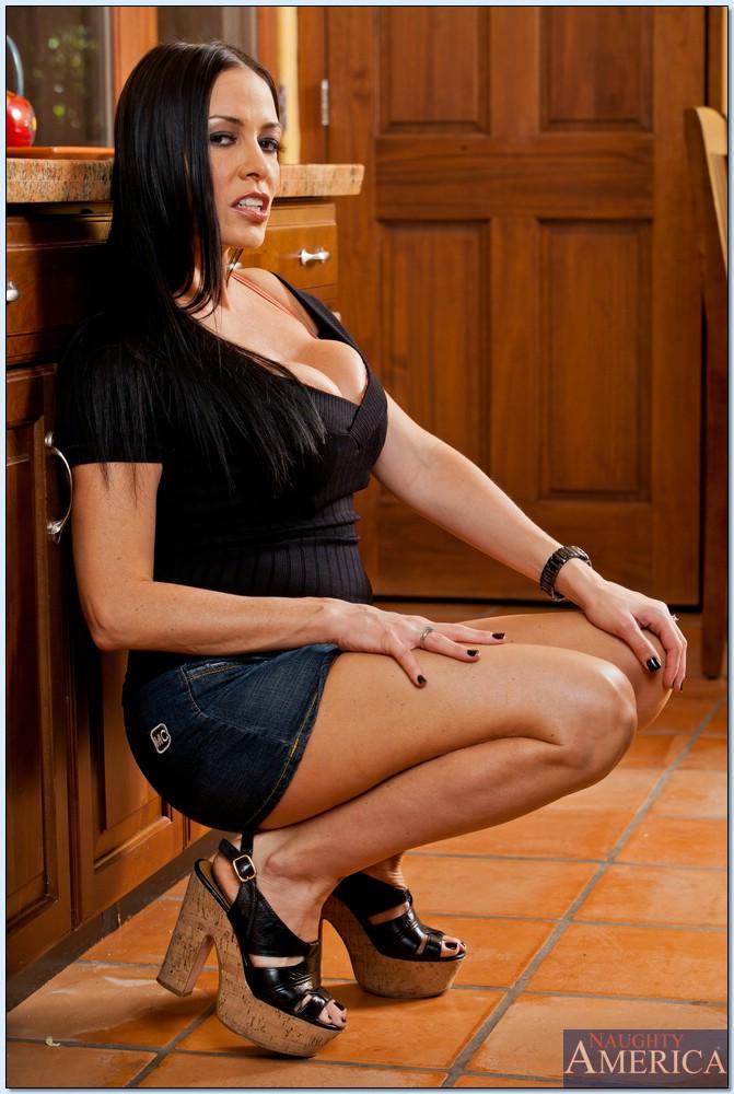 Ухоженная домохозяйка Vanilla Deville прикупила шикарное белье
