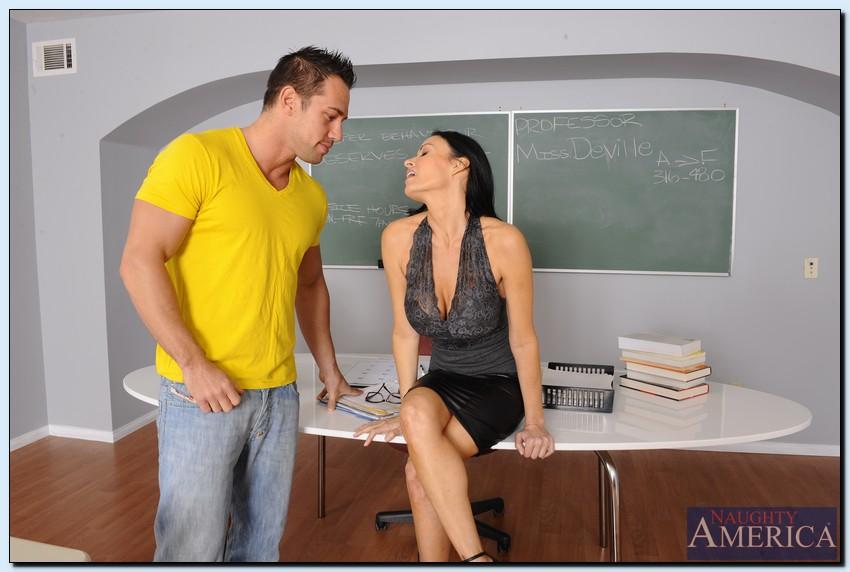Преподавательница Vanilla Deville соблазнила красивого парня