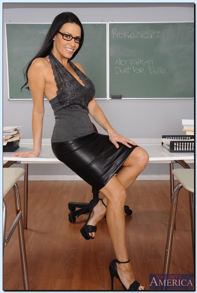 Преподавательница показала женские прелести в аудитории