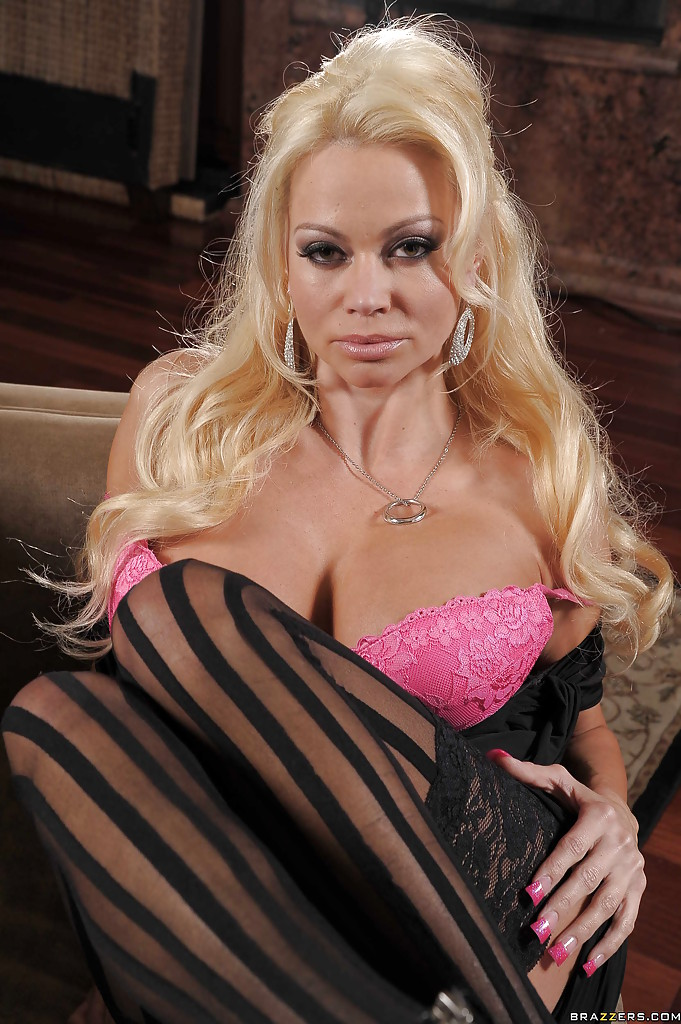 Отличная фото сессия сногсшибательной блондинки в чулках