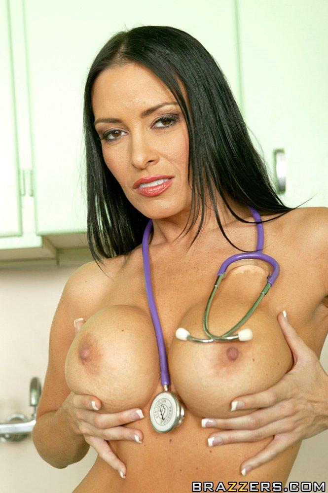 Шикарная медсестра в красивом нижнем белье и в черных чулках