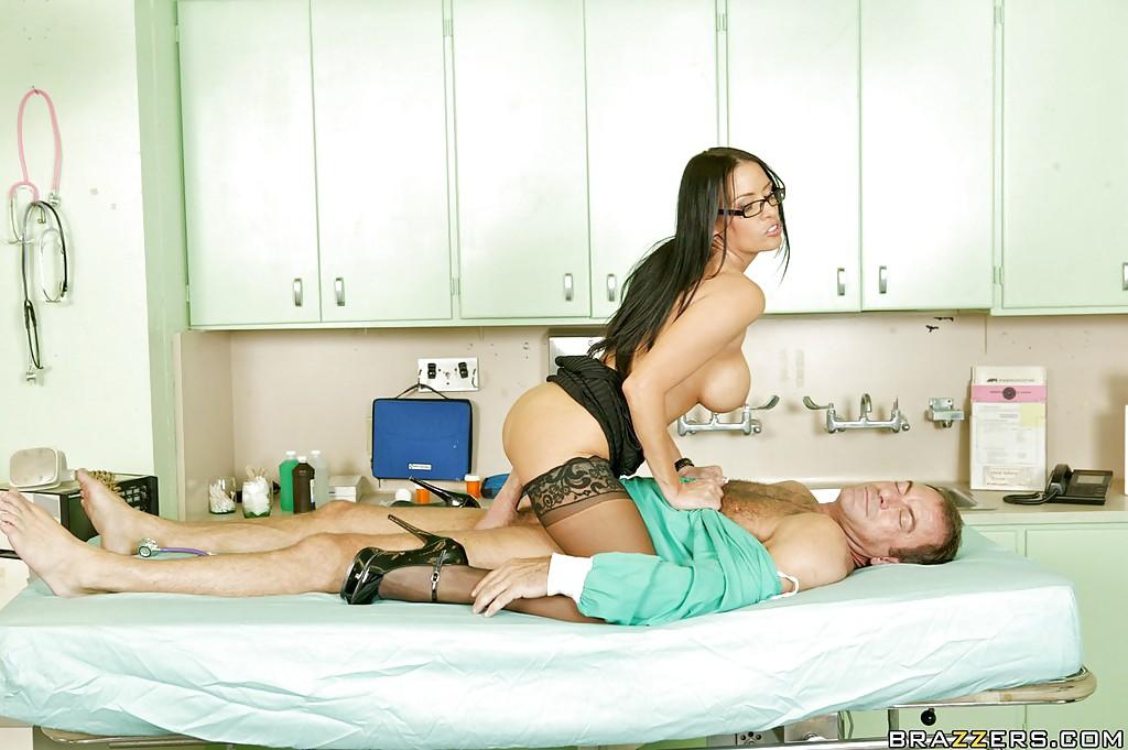 Гламурная докторша раскрепостилась и оседлала пациента