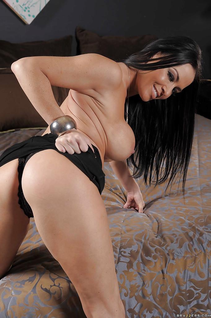 Голенькая милфа медленно водит пальчиками по сладкой пизде