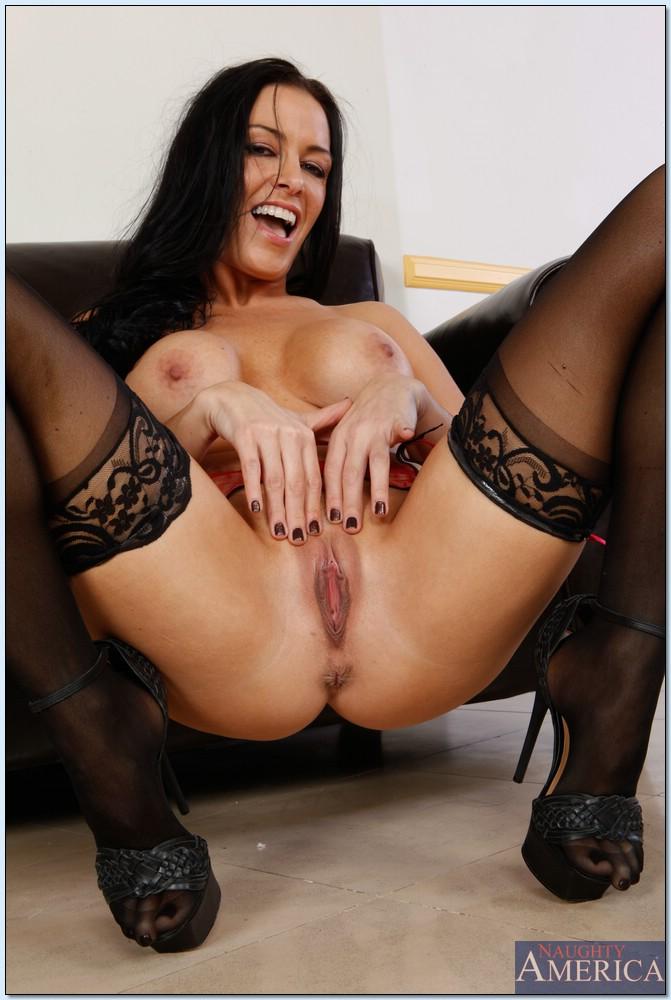 Гламурная сексуальная брюнетка в черных чулках