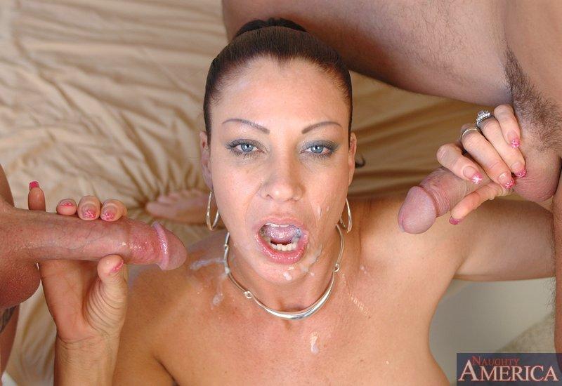 Лицо зрелой женщины в сперме после небольшой групповушки