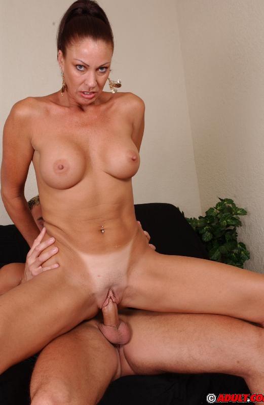 Зрелая замужняя женщина удовлетворяет членом любовника
