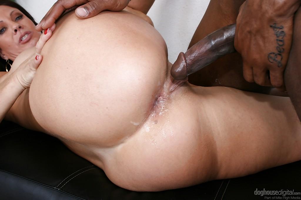 Жаркая бабенка насаживается вагинальной дыркой на черный пенис