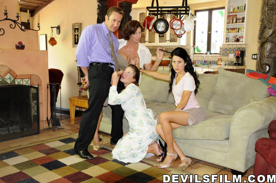 Групповой секс с раскрепощенными сучками на широкой кровати