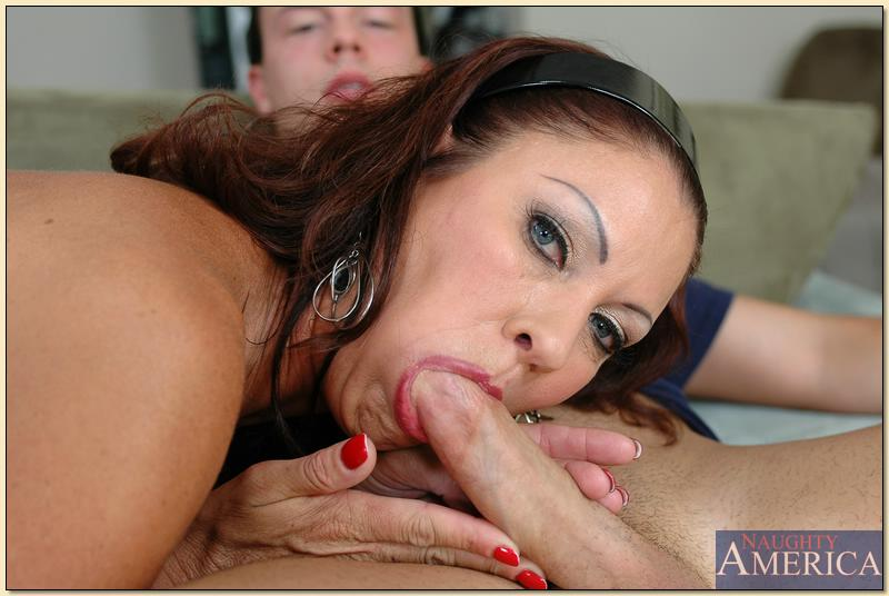 Молодой чувак впервые трахается со зрелой женщиной