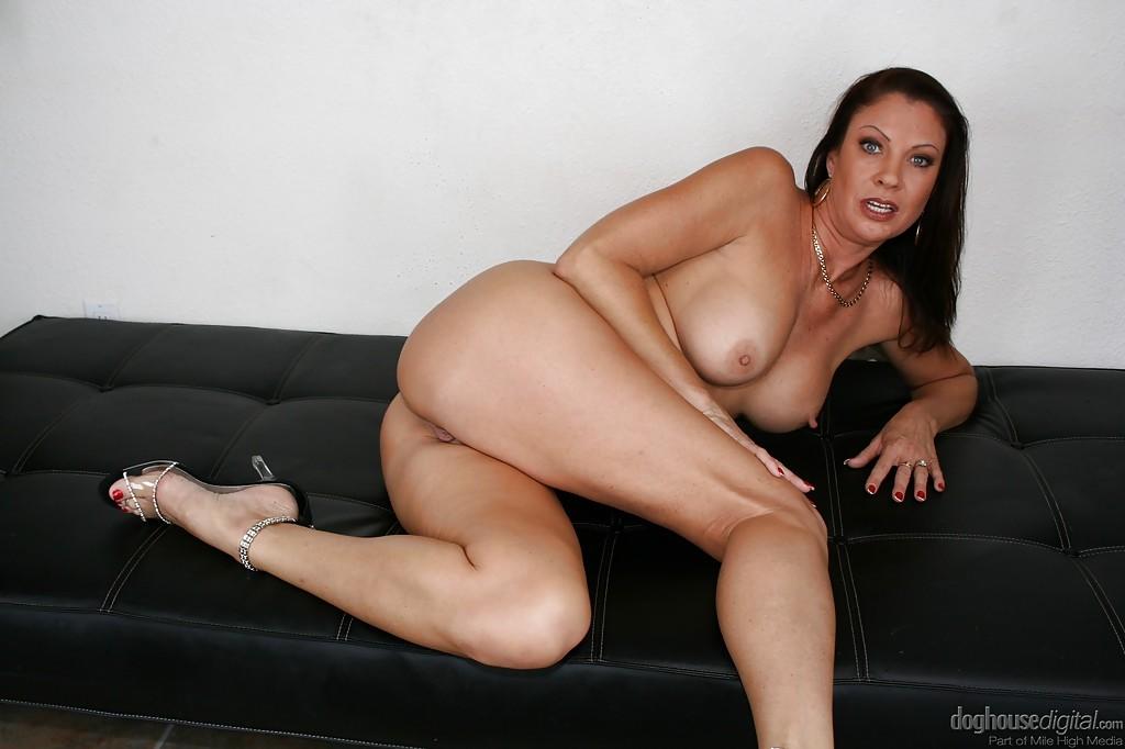Горячая женщина соскучилась по сексуальному удовлетворению