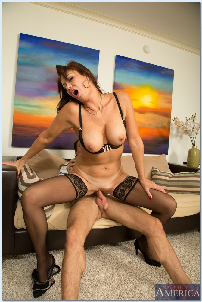 Красивая женщина в чулках садится влагалищем на крепкий пенис