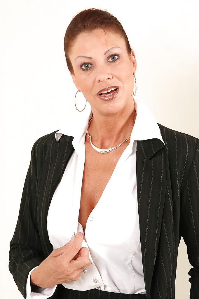 Взрослая деловая женщина продемонстрировала только лишь сиськи