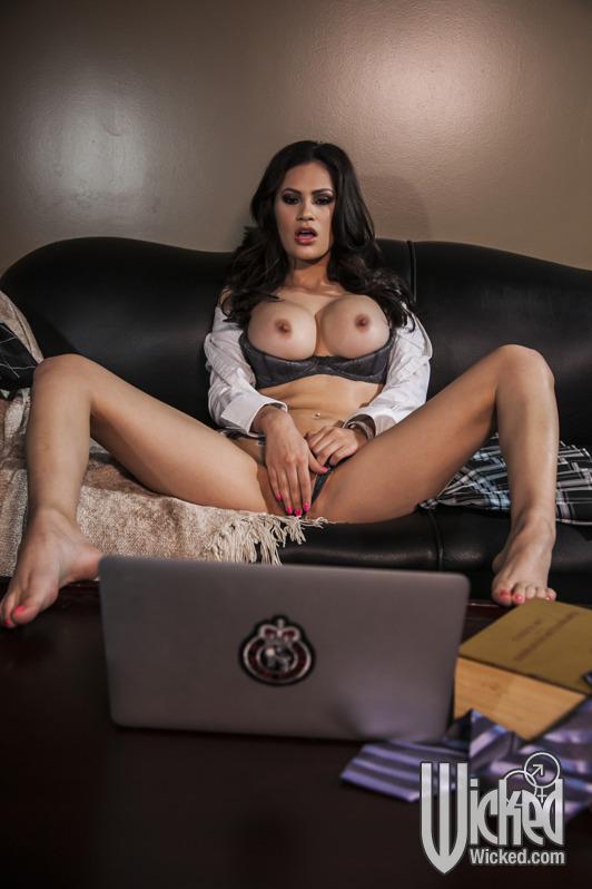 Краля смотрит эротическое видео и мастурбирует письку