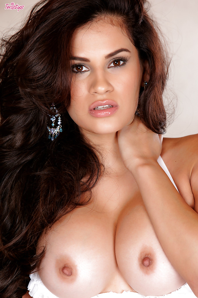 Смазливая девка с шикарной грудью и ухоженной пизденкой