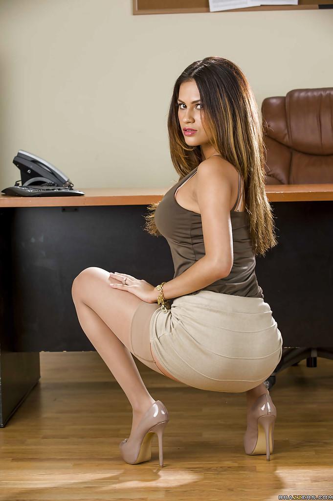 Офисная работница раздевается и показывает свои прелести