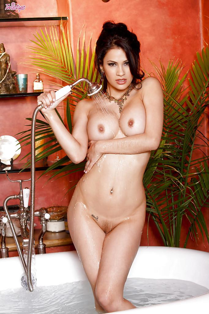 Обаятельная латинская телка мастурбирует в ванной