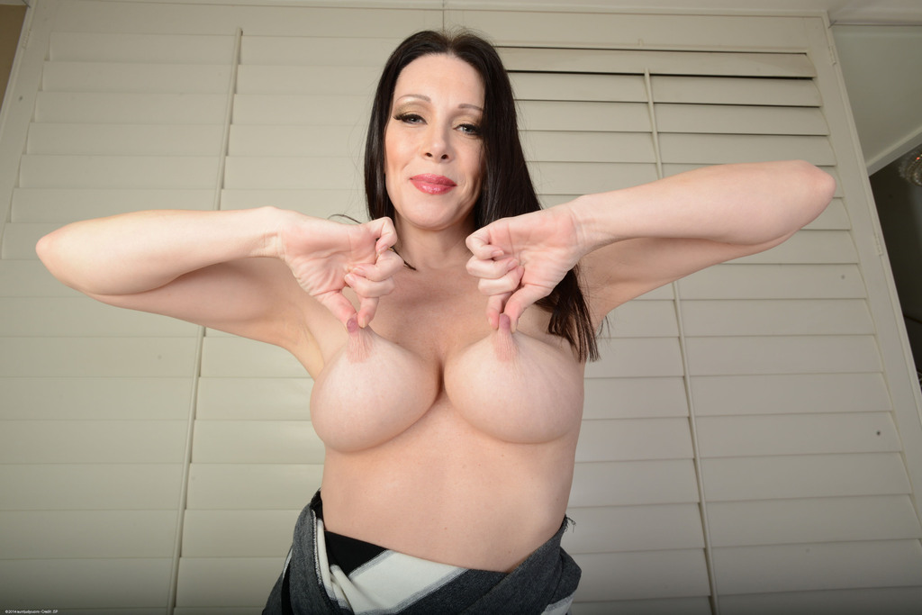 Зрелая сучка с большой грудью показывает пизду крупным планом