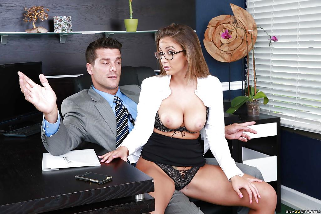Горячий секс с изумительной девушкой в офисе