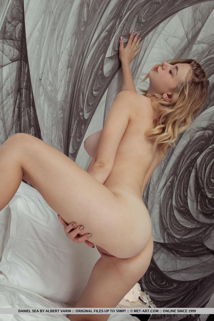 Женственная девушка хвастается большой натуральной грудью