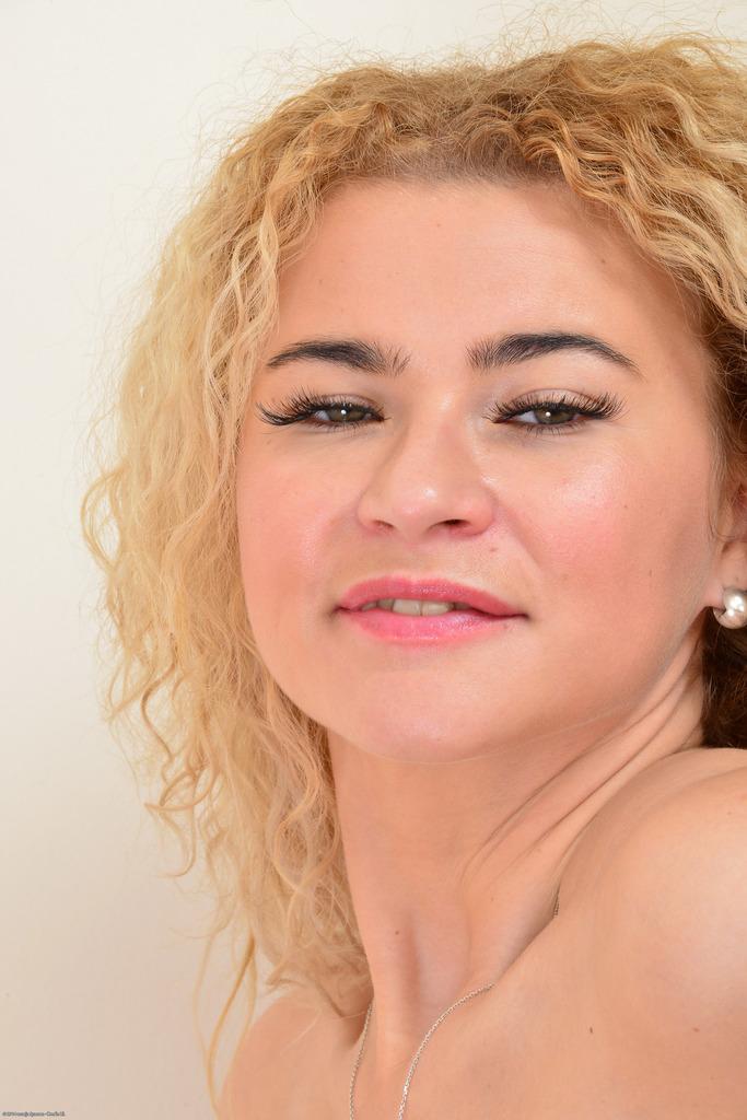 Блондинка показала розовую киску и разработанную анальную дырку