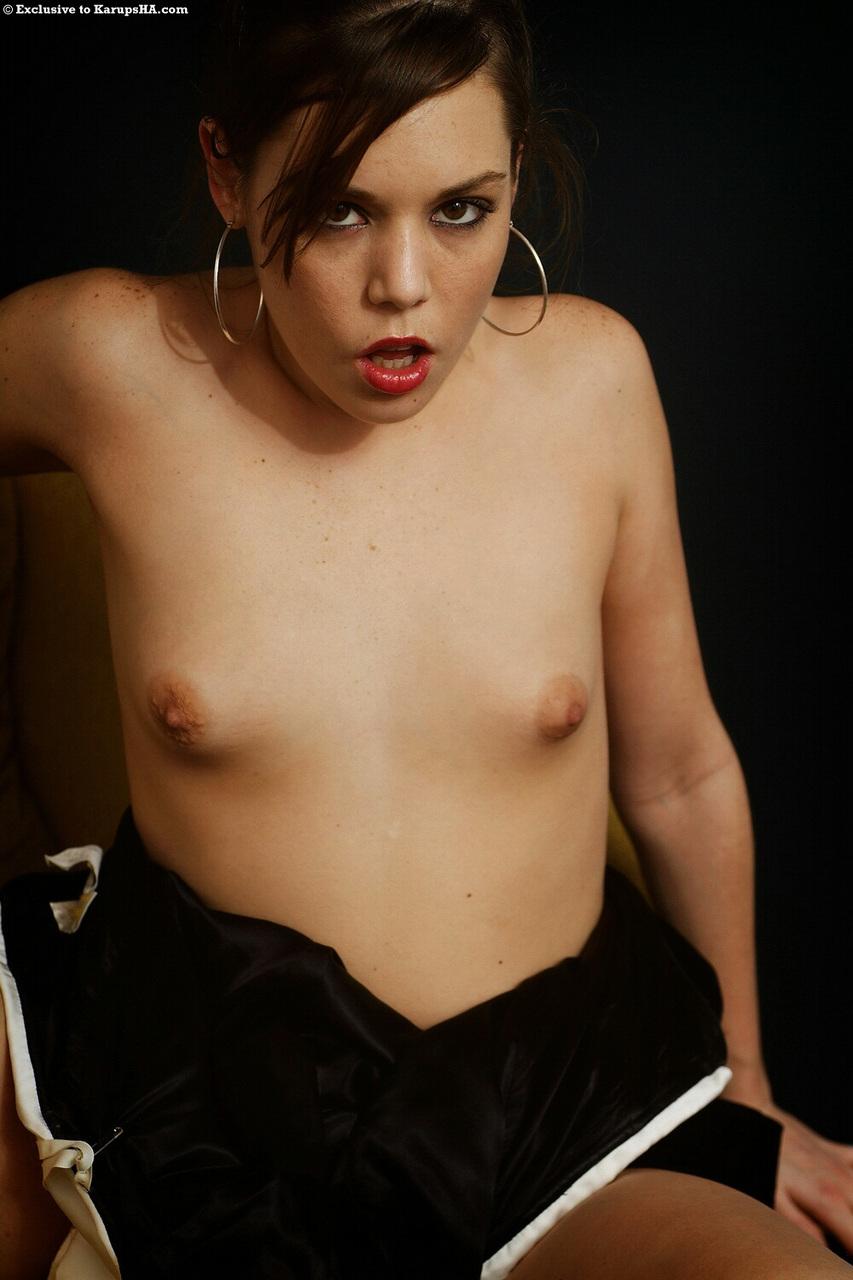 Элегантная девушка с крошечными сиськами мастурбирует