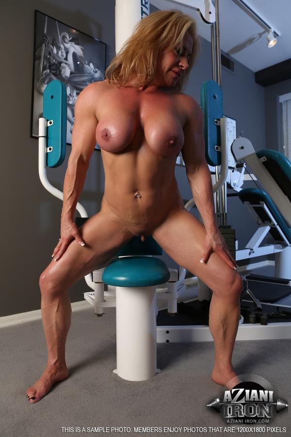 Зрелая спортивная женщина показывает большой клитор в тренажерном зале