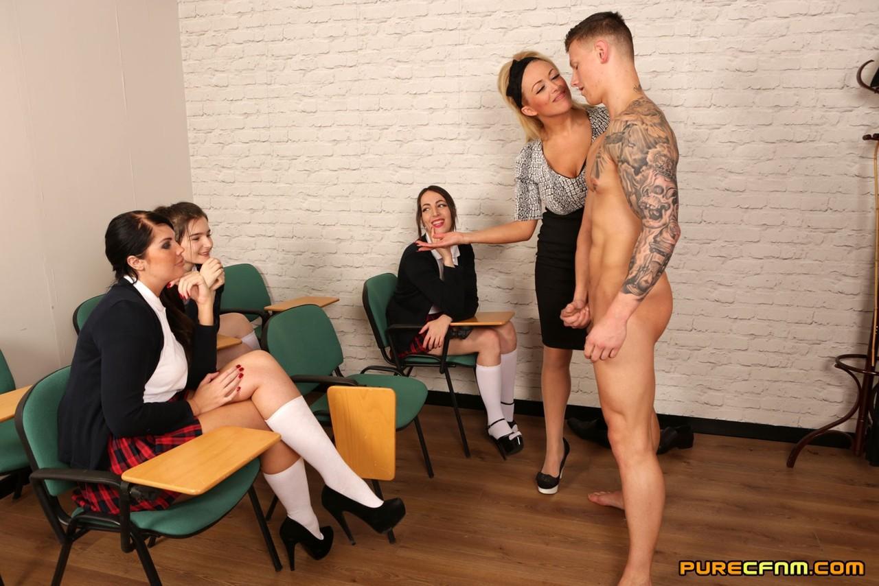 Сексуальные развлечения студентов и преподши в классе