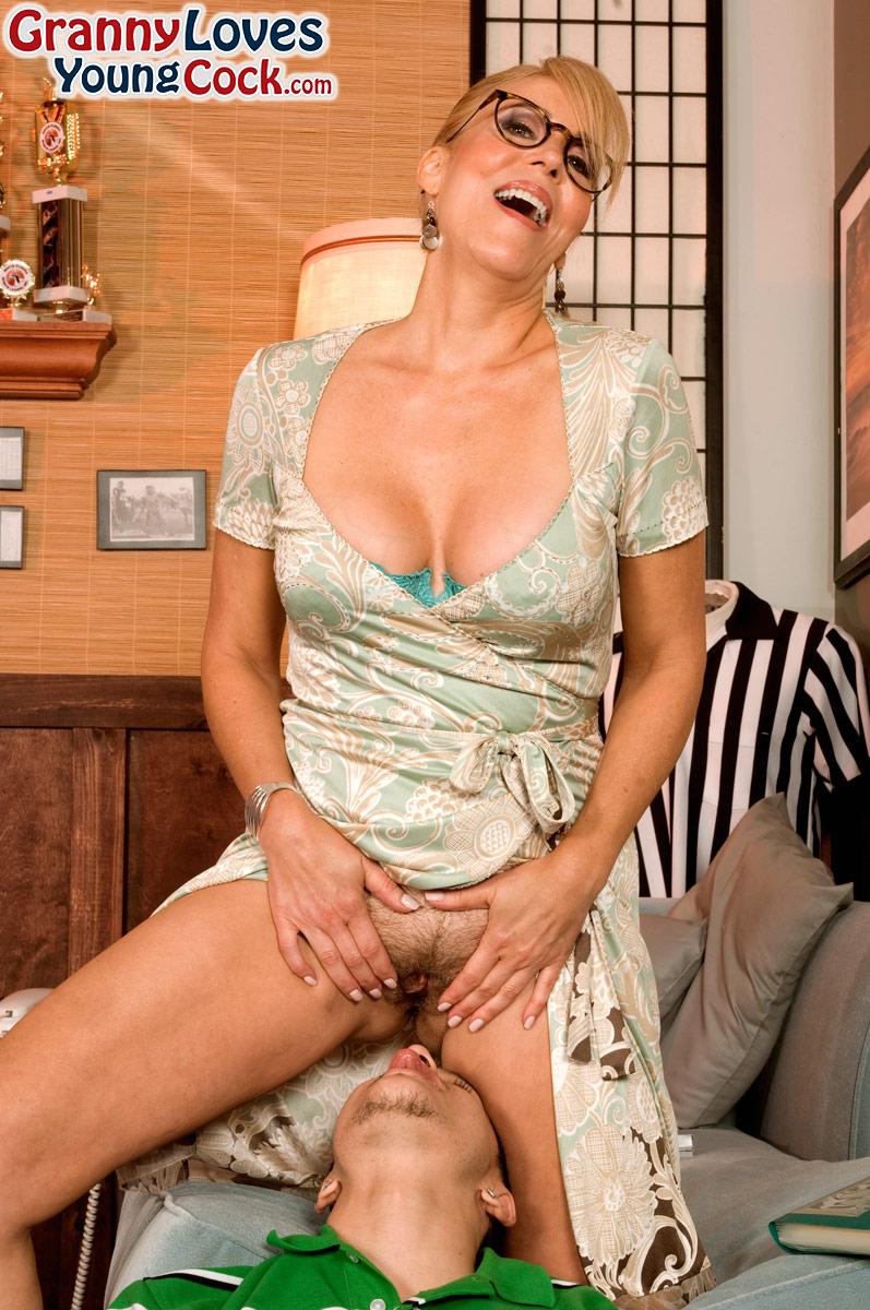 Жаркая мамаша в очках развлекается с молодым чуваком